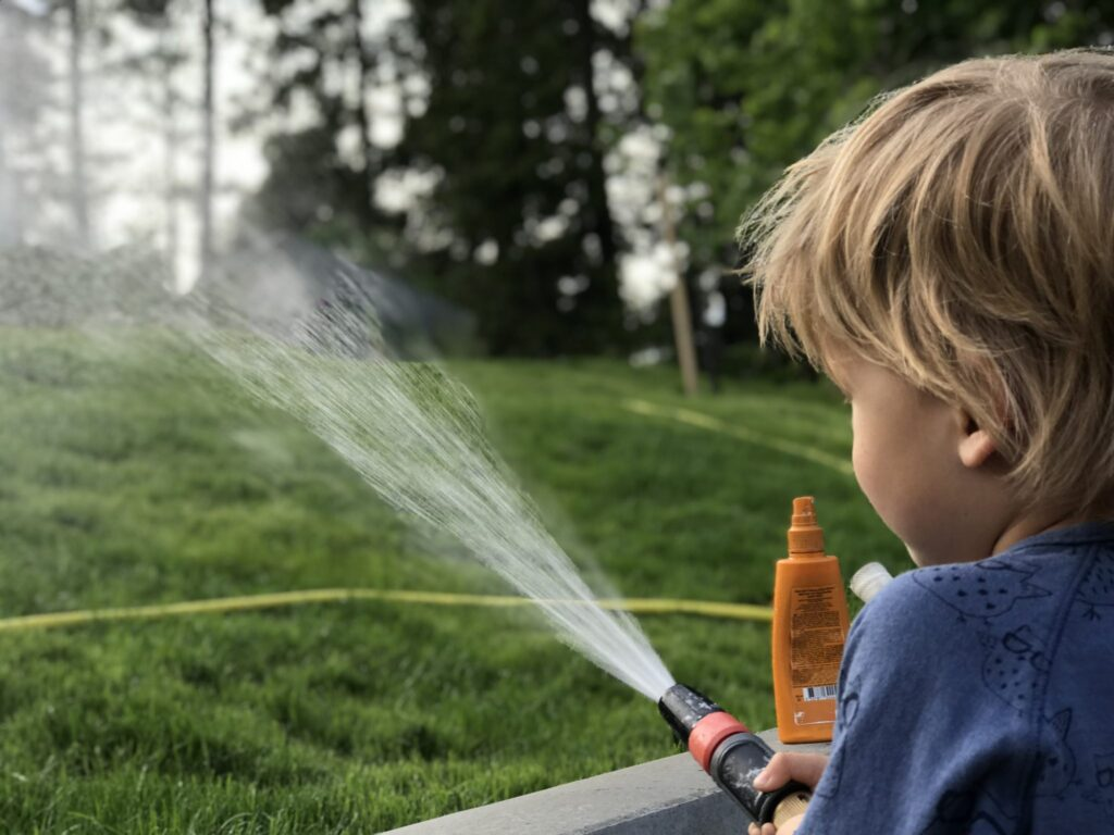 Vattna gräsmatta